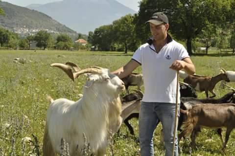 Fabrizio Caprarelli con le sue capre